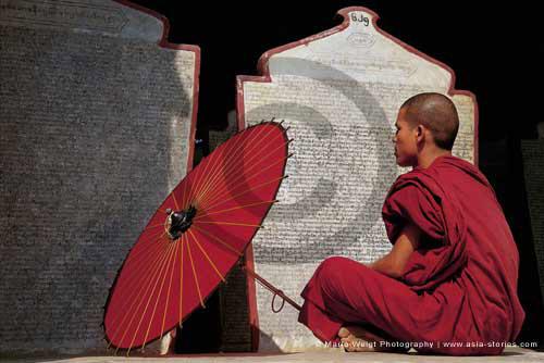 Fotografie in Myanmar | Lesender Mönch in Monywa | Foto Mario Weigt