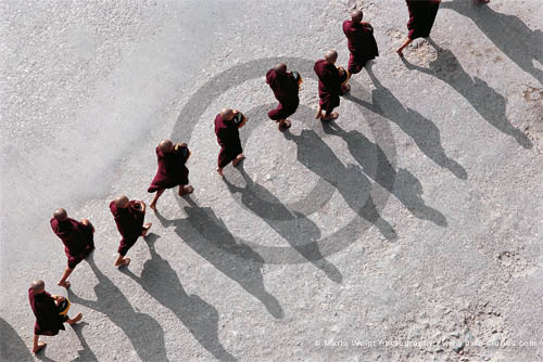 Fotografie in Myanmar - Mönche beim Almosengang | Foto Mario Weigt
