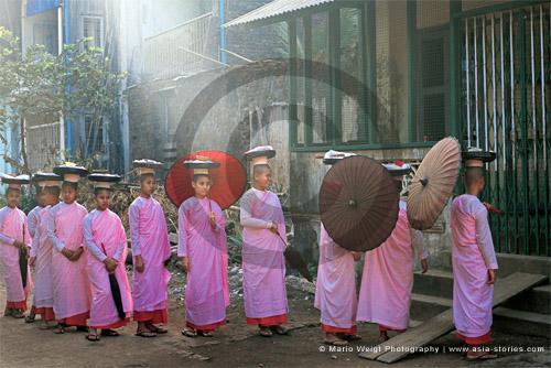 Fotografie in Myanmar| Nonnen beim Almosengang | Foto Mario Weigt