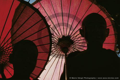 Myanmar (Burma)  | Mönche mit Bambusschirm | Foto Mario Weigt | www.asia-stories.com