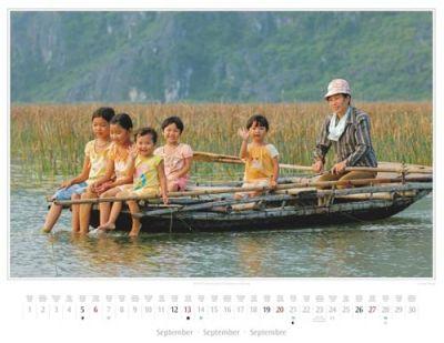 Kalender Vietnam 2015 | Kinder bei einer Bootstour im Naturreservat Van Long | Foto Mario Weigt | Kalenderverlag Stürtz