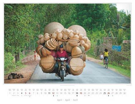 Kambodscha Kalender 2015 | März | Motorbike mit Korbwaren in Kratie | Foto Mario Weigt | Kalenderverlag Stürtz