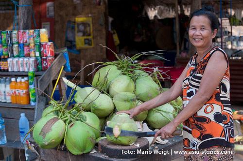 Reisetipp für Laos: Hygiene und Gesundheit | Der erfrischende Saft einer Kokosnuss kann ohne Bedenken getrunken werden | Foto: Mario Weigt