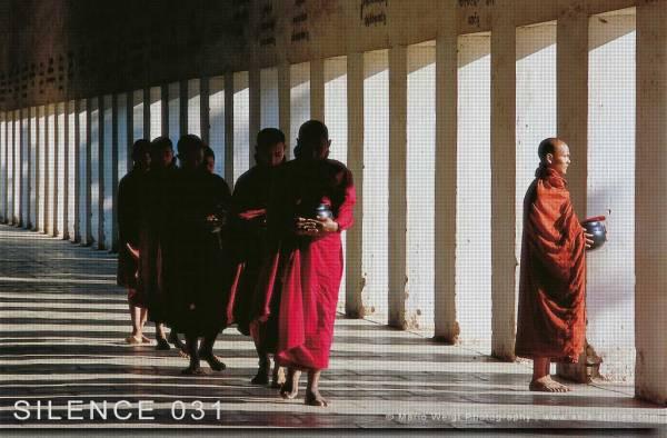 Myanmar (Burma): Wie sinnvoll ist es an einer geführten Fotoreise mit einem Reiseleiter teilzunehmen? Mönche mit Bettelschalen in Bagan.