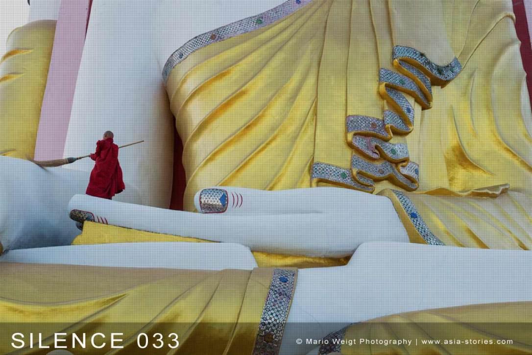 Fotoabzüge und Fine Art Prints aus der Fotoserie SILENCE | Myanmar (Burma) | Novize reinigt eine Buddha-Statue | Foto: Mario Weigt