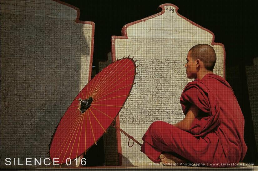 Fotoabzüge und Fine Art Prints aus der Fotoserie SILENCE | Myanmar (Burma) | Mönch mit Bambusschirm | Foto: Mario Weigt
