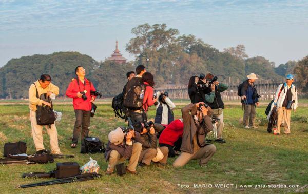 Myanmar (Burma, Birma): Teilnehmer einer geführten Fotoreise mit einem Reiseleiter organisiert von einem Reiseveranstalter