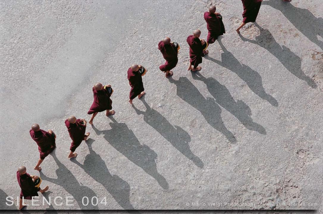 Fotoabzüge und Fine Art Prints aus der Fotoserie SILENCE | Myanmar (Burma) | Mönche beim Almosensammeln | Foto: Mario Weigt