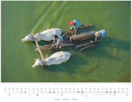 Monatsblatt März vom Kalender 2016 MYANMAR | BURMA | Bauern mit Ochsengespann im Taungthaman-See | Foto von Mario Weigt | Verlagshaus Würzburg / Stürtz | Größe 60 x 48 cm | Preis: 27,95 Euro