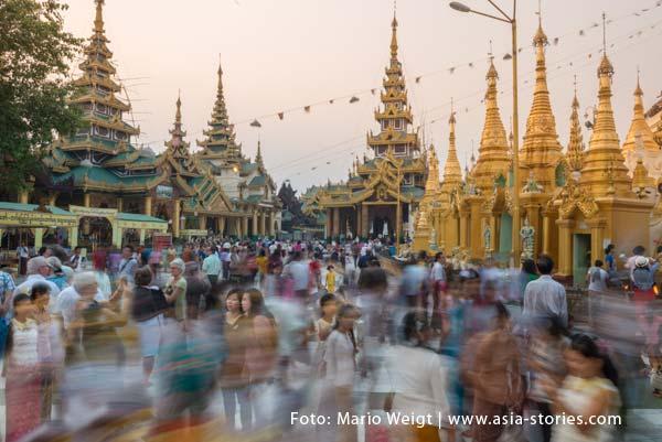 Tourismus in Myanmar (Burma, Birma) | Touristen und einheimische Besucher in der Shwedagon-Pagode in Yangon