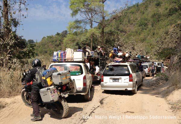 Stau auf der Strecke von Myawaddy nach Hpa-an | Überland von Thailand nach Myanmar (Burma, Birma) | Grenze Thailand - Myanmar (Burma) | Mit dem Taxi von Mae Sot nach Myawaddy durch die Berge