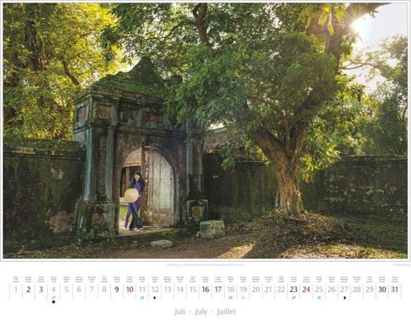 Monat Juli im Vietnam Kalender 2016 | Vietnamesin im Kaisergrab Tu Duc in Hue | Fotos Mario Weigt | Verlagshaus Würzburg/Stürtz