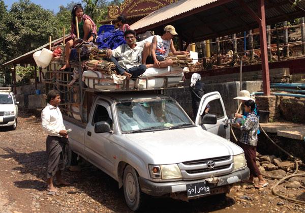 Auf dem Landweg von Thailand (Mae Sot) nach Myanmar (Myawaddy) und weiter nach Hpa-an auf einem voll beladenen Pick-up