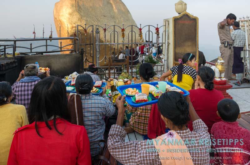 Myanmar Reisetipps | Goldener Felsen Kyaikhtiyo | Kurz vor Sonnenaufgang füllt sich der Vorplatz vom Goldenen Felsen mit Gläubigen.