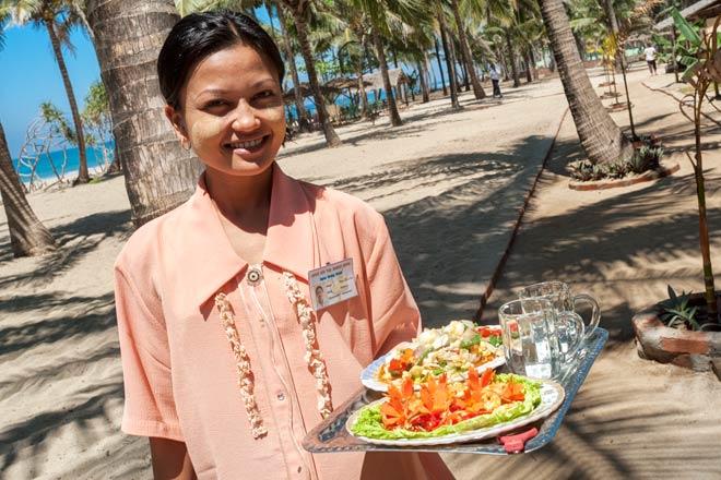 Strände in Myanmar (Burma) | Reistipps für den Ngwe Saung Beach | Das freundliche Personal im Shwe Hin Tha Hotel verwöhnt seine Gäste am Strand mit leckerem Seafood und kalten Getränken.