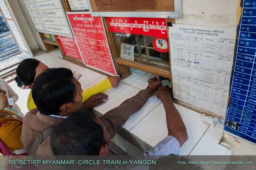 Reisetipp Myanmar: Am Ticketschalter der Ringbahn (Circular Train) auf dem Hauptbahnhof in Yangon herrscht kurz vor der Abfahrt dichtes Gedränge. Wer stressfrei sein Ticket kaufen möchte, sollte ein paar Minuten vor der Abfahrt sein Ticket kaufen.