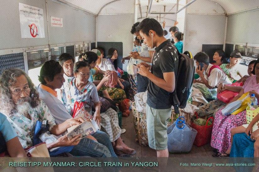 Reisetipp Myanmar: Wer unterwegs zusteigt, wird es schwer haben einen Sitzplatz in Ringbahn (Yangon Circular Train) rund um Yangon zu bekommen.