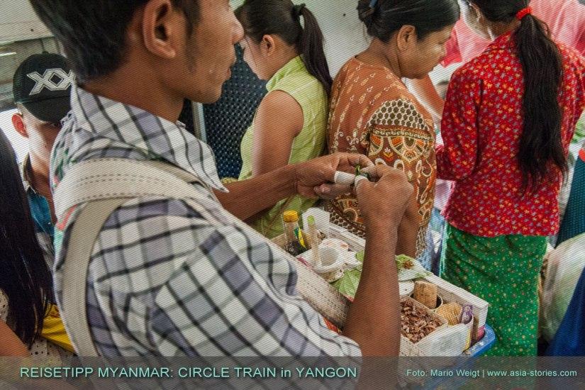 Reisetipp Myanmar: Wie überall in Myanmar darf auch in Yangons Ringbahn (Yangon Circular Train) die Volksdroge Betel nicht fehlen.