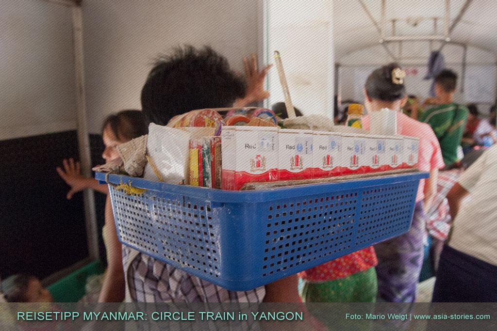 Myanmar Reisetipps | Zigarettenverkäufer in Yangons Ringbahn (Yangon Circular Train) haben es manchmal schwer einen Weg durch die Passagiere zu finden.