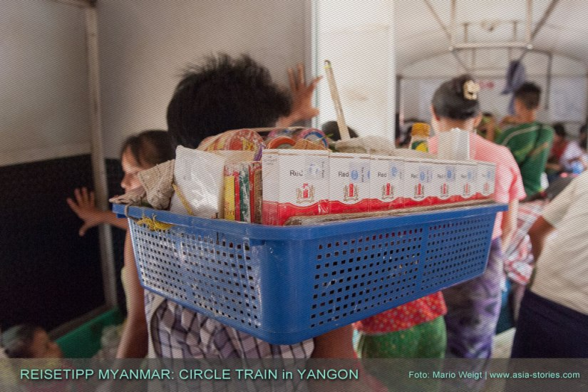 Reisetipp Myanmar: Zigarettenverkäufer in Yangons Ringbahn (Yangon Circular Train) haben es manchmal schwer einen Weg durch die Passagiere zu finden.