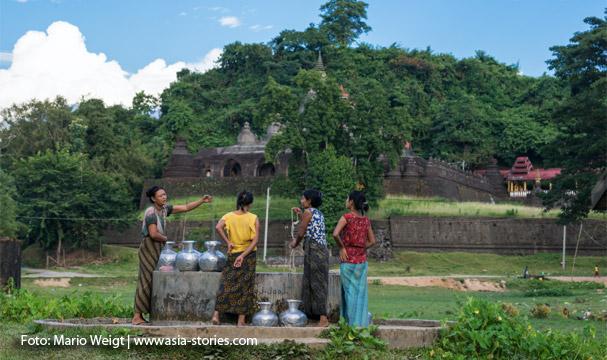 Mrauk U: Frauen beim Wasserholen mit den für Mrauk U typischen Aluminiumgefäßen