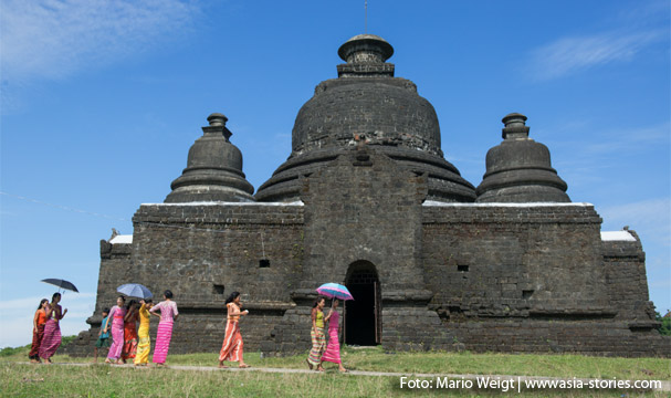 Frauen auf dem Weg in den Shitthaung-Tempel gehen am Laymyethan-Tempel vorbei.