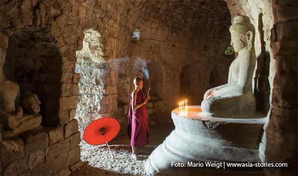 Mrauk U: Betender Mönch im Laymyethan-Tempel