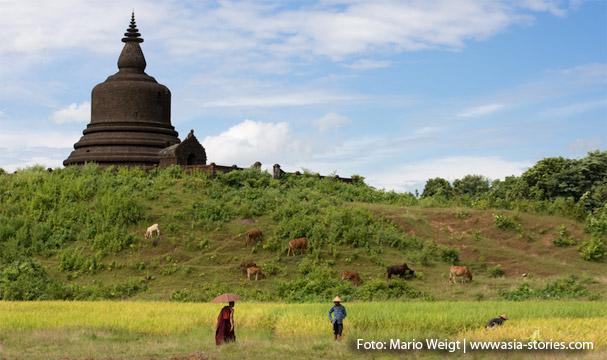 Mrauk U: Mönch auf dem Weg in sein Kloster