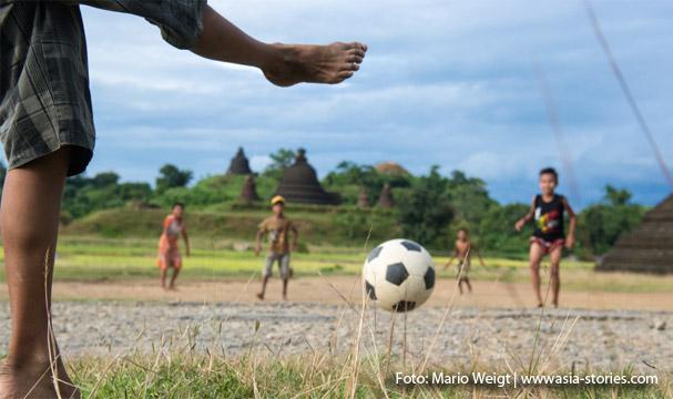 Mrauk U: Am Nachmittag spielen die Kids zwischen den Tempeln Fußball