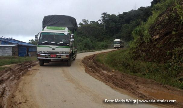 Fahrt nach Mrauk U: Auf der schmalen Straße muss unser Fahrer immer bei Gegenverkehr anhalten.