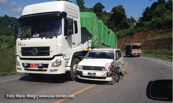 Auf dem Landweg von Thailand nach Myanmar: Unfall auf der neuen Straße von Mae Sot (Thailand) | Myawaddy (Myanmar) nach Hpa-an bzw. nach Mawlamyaing