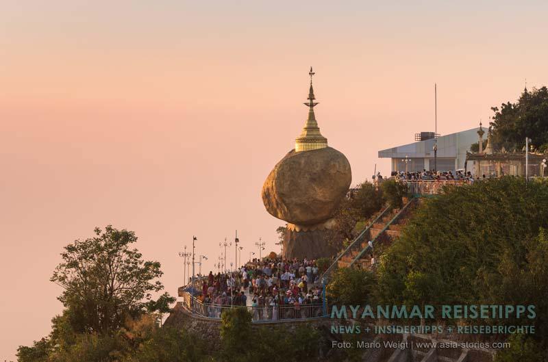 Myanmar Reisetipps | Goldenen Felsen Kyaikhtiyo | Nach dem Sonnenuntergang füllt sich die geflieste Terrasse unter dem Goldenen Felsen.