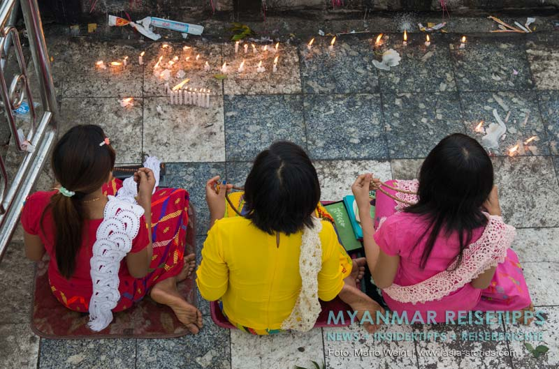 Myanmar Reisetipps | Goldener Felsen Kyaikhtiyo | Frauen mit Gebetsketten