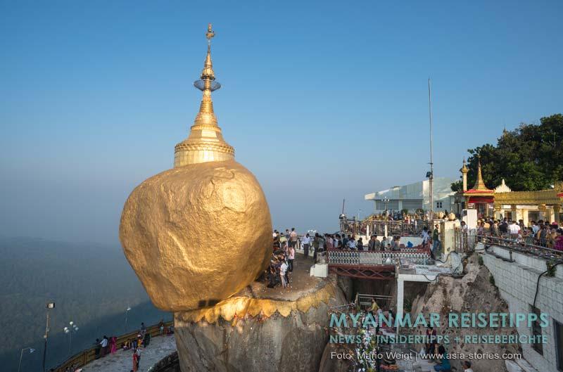 Myanmar Reisetipps | Goldener Felsen Kyaikhtiyo | Morgens kommen die vielen Pilger um noch mehr Blattgold zu spenden. Den Goldenen Felsen dürfen nur Männer berühren.