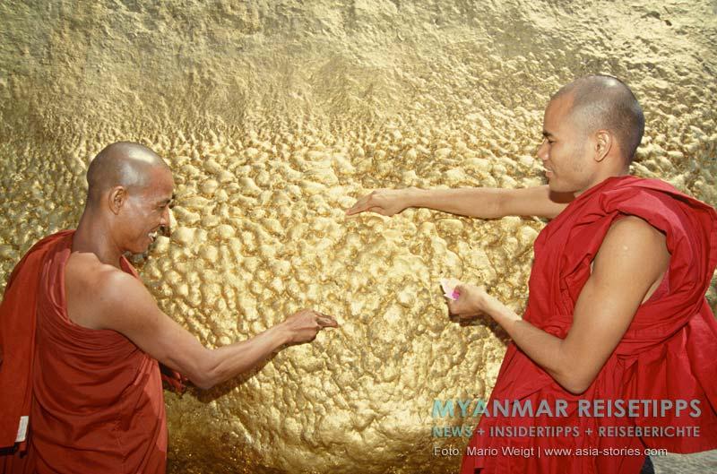 Myanmar Reisetipps | Goldenen Felsen Kyaikhtiyo | Mönche spenden Blattgold am Goldener Felsen Kyaikhtiyo.