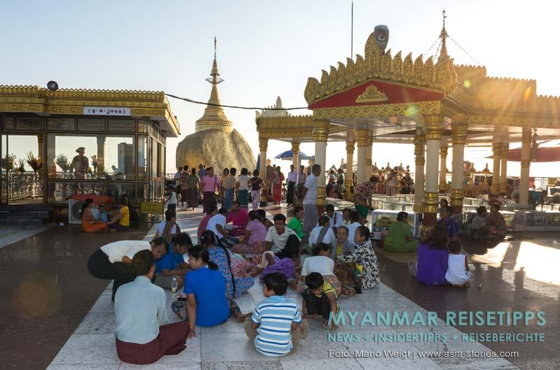 Myanmar Reisetipps | Goldener Felsen Kyaikhtiyo | Auf den kühlen Steinfliesen lässt es sich gut in der Nachmittagshitze aushalten.