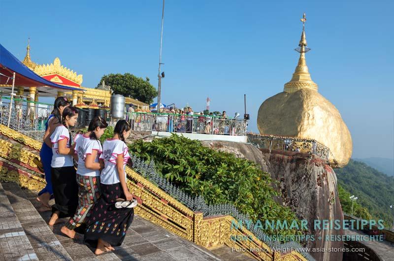 Myanmar Reisetipps | Goldener Felsen Kyaikhtiyo | In der Mittagshitze sind die Fliesen sehr heiß. Da hilft nur schnelles Bewegen.