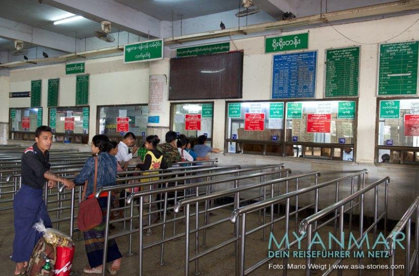 Myanmar Reisetipps - Mandalay   Ticketschalter im Bahnhof   Hier bekommst du Zugtickets z. B. für Yangon und Lashio
