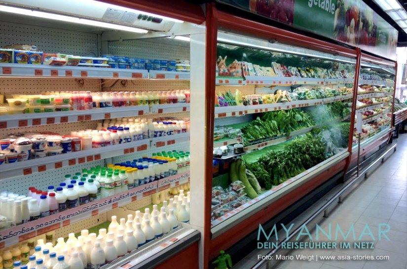 Myanmar Reisetipps - Mandalay   Regal mit Milch, Käse und Gemüse in Supermarkt Orange