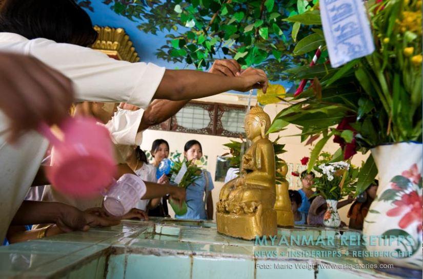 Myanmar Reisetipps   Magwe   Am Vollmondtag zum Lichterfest Thadingyut kommen viele Gläubige in der Pagode Mya Tha Lun zum Beten und Spenden.
