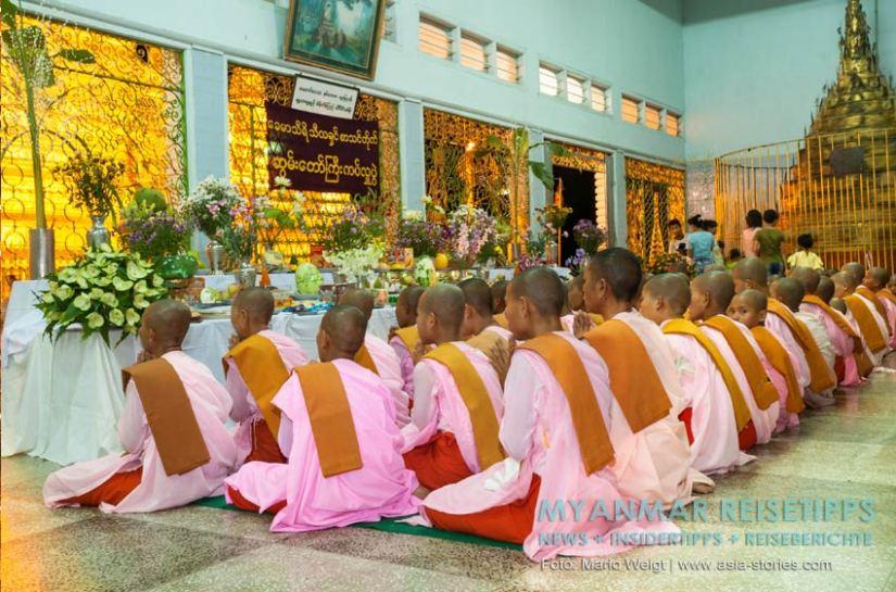 Myanmar Reisetipps | Magwe | Zum Lichterfest Thadingyut kommen Nonnen in die Pagode Mya Tha Lun zum Beten.