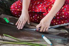 Myanmar Reisetipps | Inle-See und Indein | In der Lotusweberei werden geschnittene Lotusstängel auseinandergezogen und die vielen kleinen Fäden mit den Fingern zu einem Faden zusammengerollt.