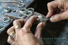 Myanmar Reisetipps | Inle-See und Indein | Im U Hla Pe & Family Gold and Silver Workshop werden noch die traditionellen Silberringe der Intha hergestellt.