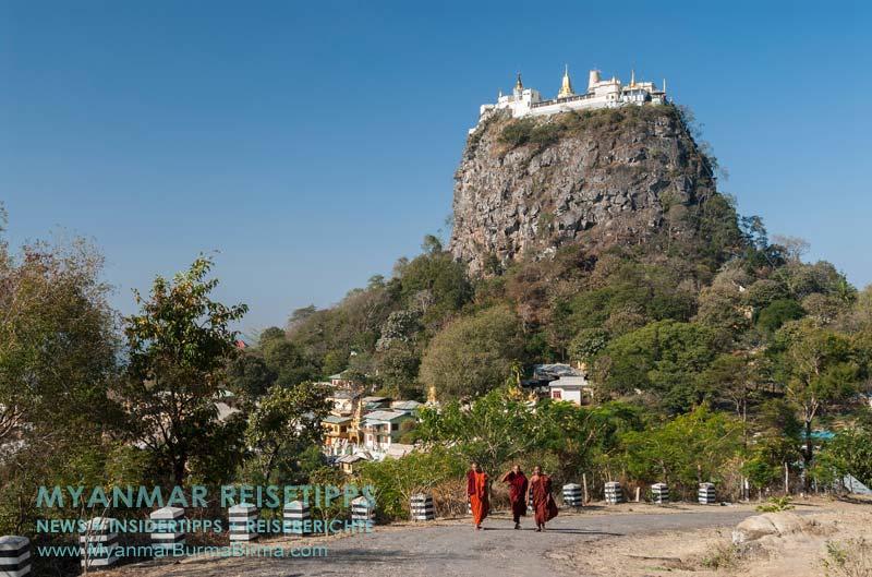 Myanmar Reisetipps | Mount Popa | Mönche vor dem Mount Popa Taung Kalat