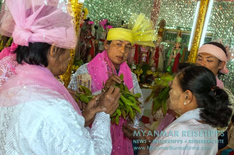 Myanmar Reisetipps | Mount Popa | Nat-Zeremonie am Aufgang zum Mount Popa Taung Kalat