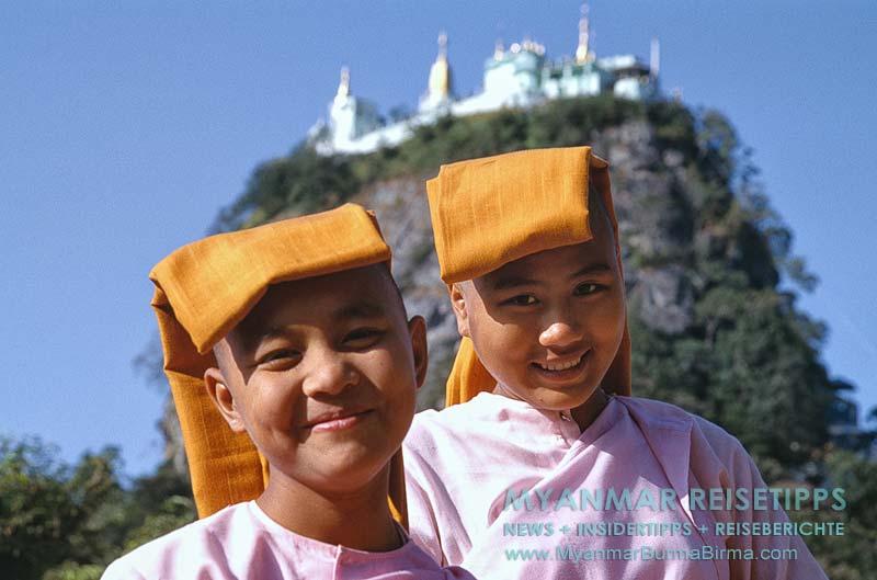 Myanmar Reisetipps | Mount Popa | Nonnen vor dem Mount Popa Taung Kalat