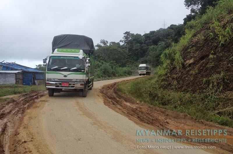 Myanmar Reisetipps | Mrauk U | Fahrt nach Mrauk U: Auf der schmalen Straße musste unser Fahrer oft bei Gegenverkehr anhalten.