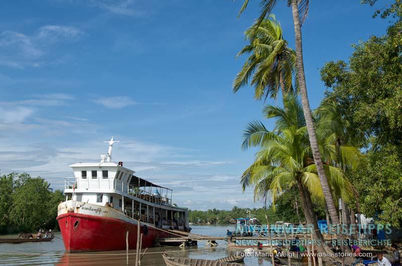 Myanmar Reisetipps | Mrauk U | Boot Aung Kyaw Moe am Pier wird vor der Abfahrt nach Sittwe beladen