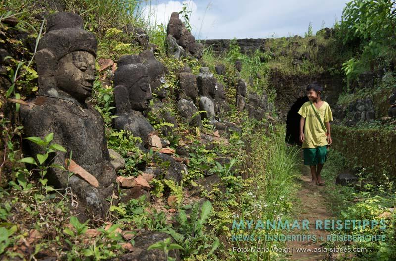 Myanmar Reisetipps | Mrauk U | Buddhas im Kothaung-Tempel an denen der Zahn der Zeit nagt