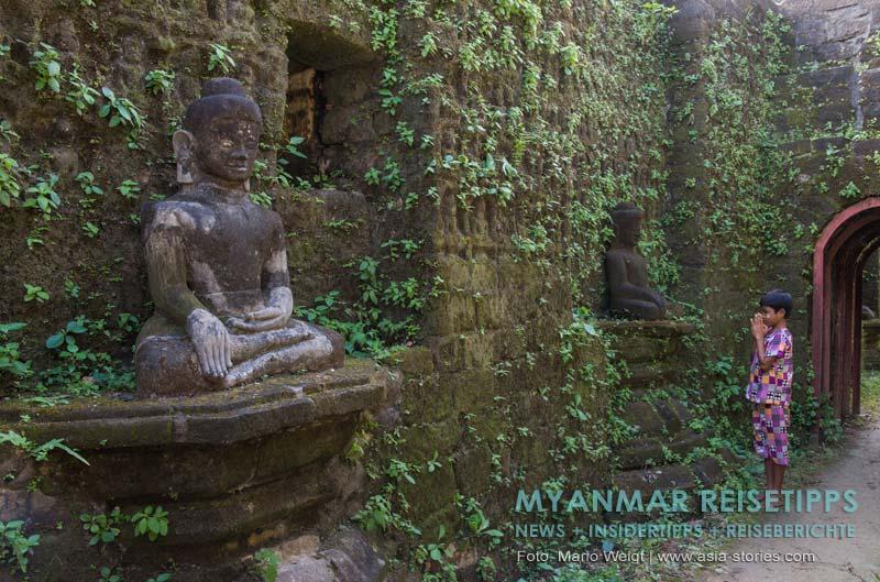 Myanmar Reisetipps | Mrauk U | Kothaung-Tempel: Nach der Regenzeit sehen die Gänge mit den Buddhas besonders schön aus.